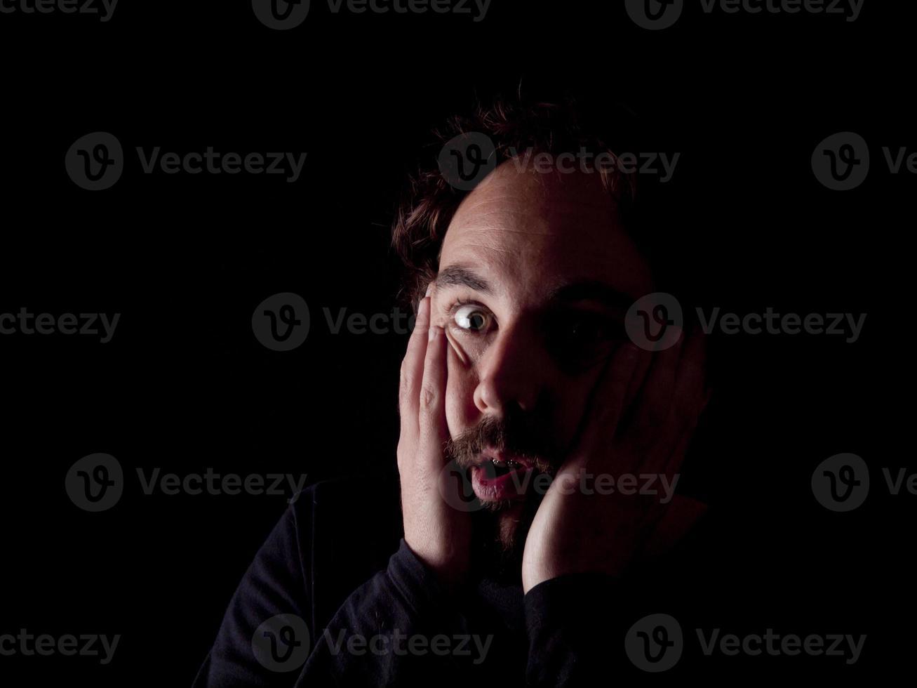 rustig beeld van een bebaarde man met geschokte uitdrukking foto