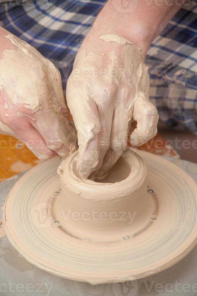 handen van een pottenbakker foto