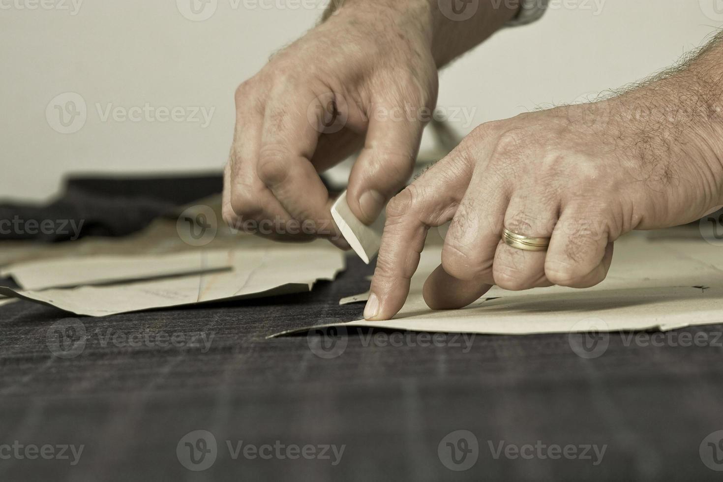 detail van kleermakershand met krijt foto