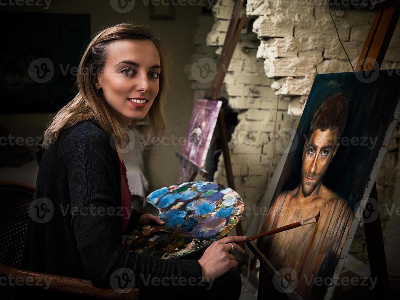 jonge kunstenaar in de studio foto