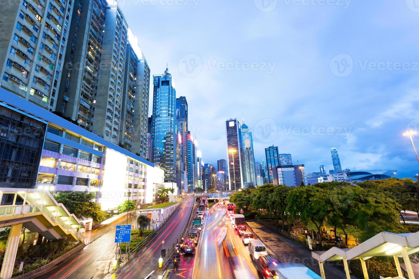 verkeer in de moderne stad 's nachts foto