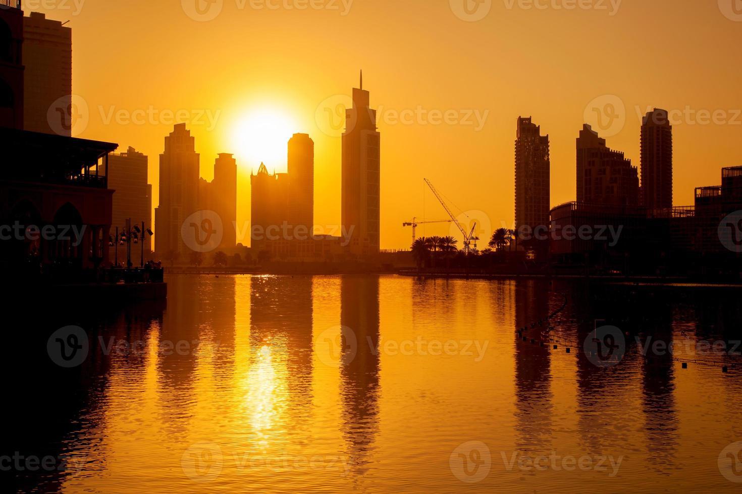 Dubai met wolkenkrabbers tegen zonsondergang foto