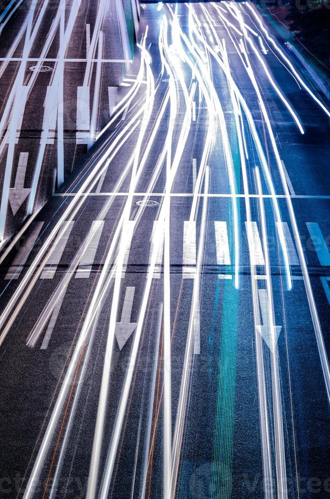 auto met onscherpte licht door de stad 's nachts foto