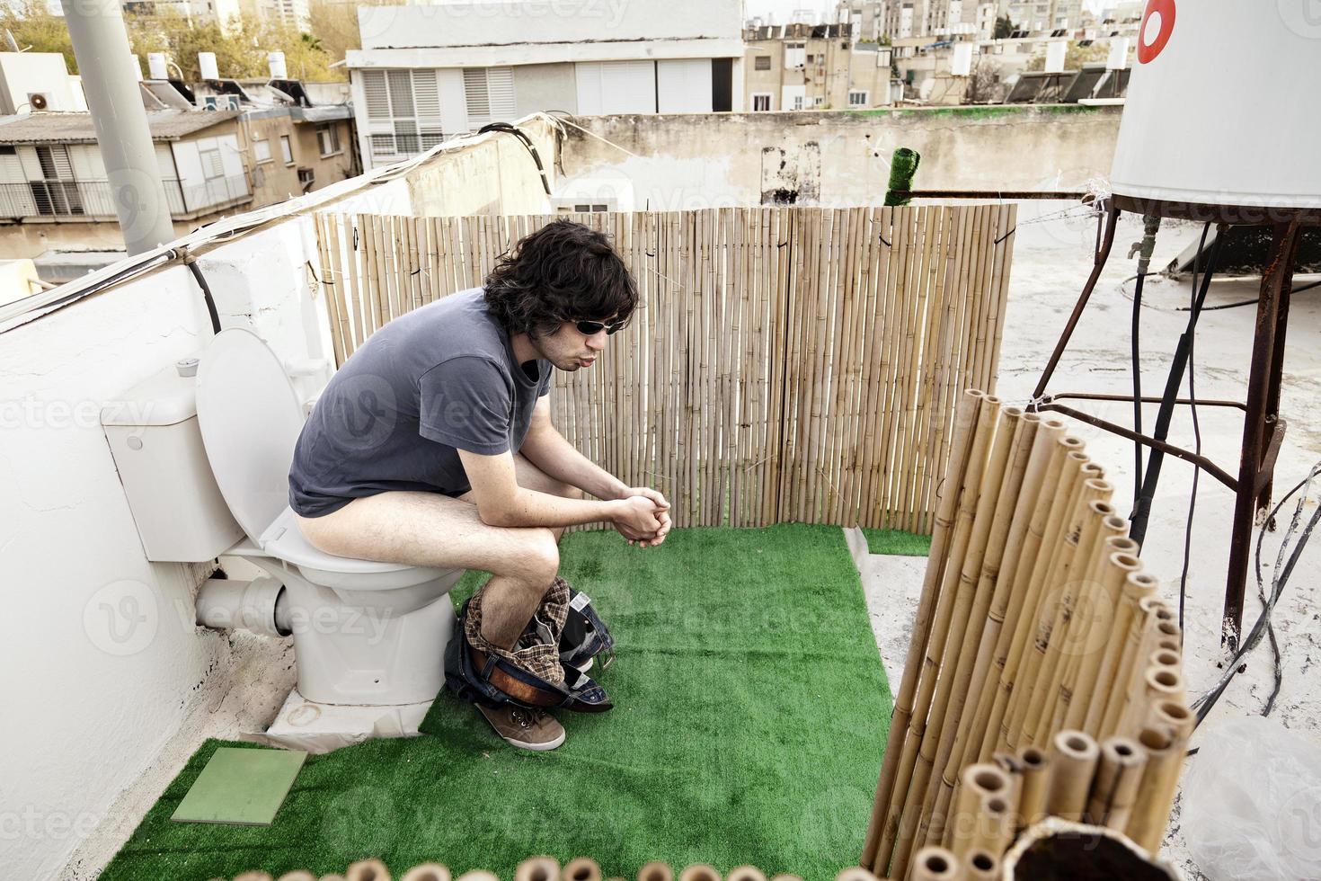 met een toilet op het dak foto