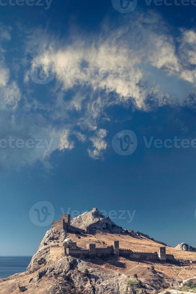 Genuese vesting op de Krim op rots op de kust van de Zwarte Zee foto