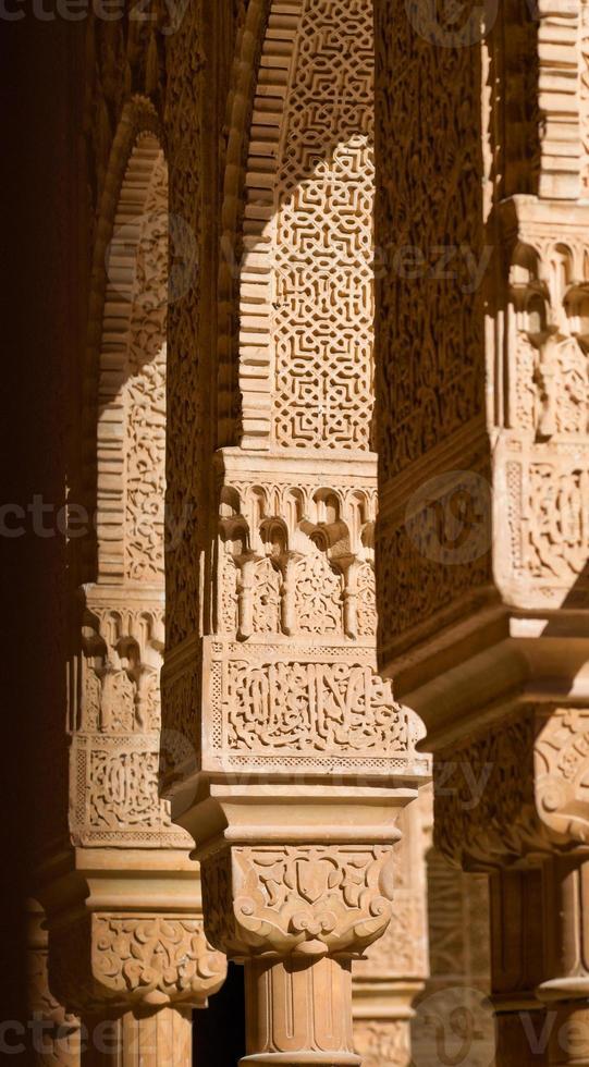 detail van sierlijke decoratie op alhambra paleis in granada, Spanje foto