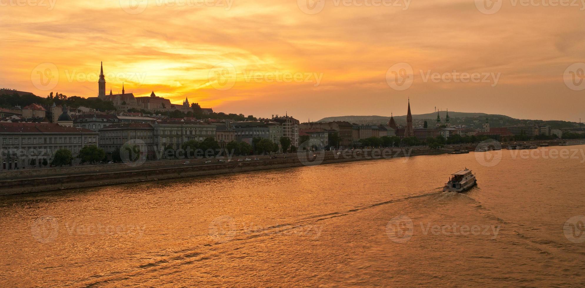 Matthiaskerk en het vissersbastion bij zonsondergang in Boedapest foto