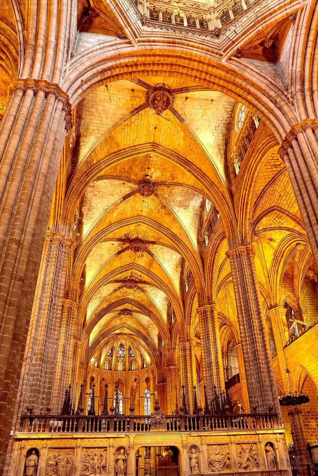 binnen kathedraal. kathedraal van het heilig kruis en heilige eulalia. foto