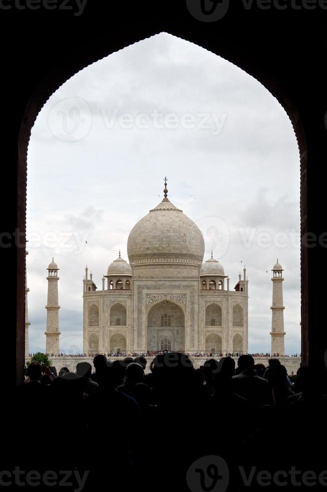india - taj mahal met veel toeristen foto