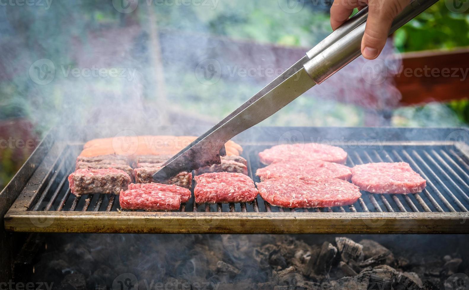 grillen van vlees op barbecue grill met kolen. foto