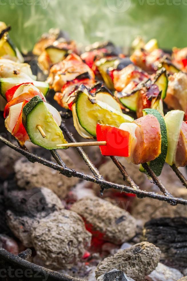 hete spiesjes op de grill met vuur foto