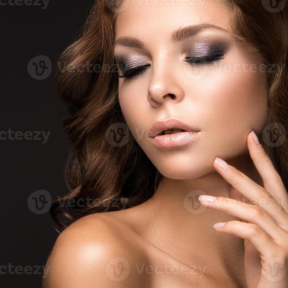 mooie vrouw met avond make-up en lang steil haar foto