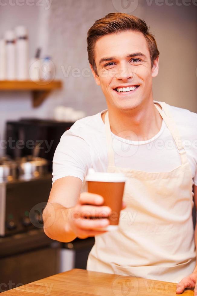 hier is je koffie! foto