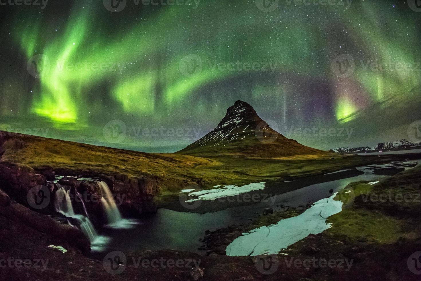 aurora borealis over mt. Kirkjufell in IJsland foto