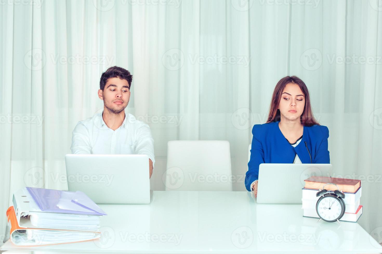 sceptische collega's wachten op nieuwe collega foto