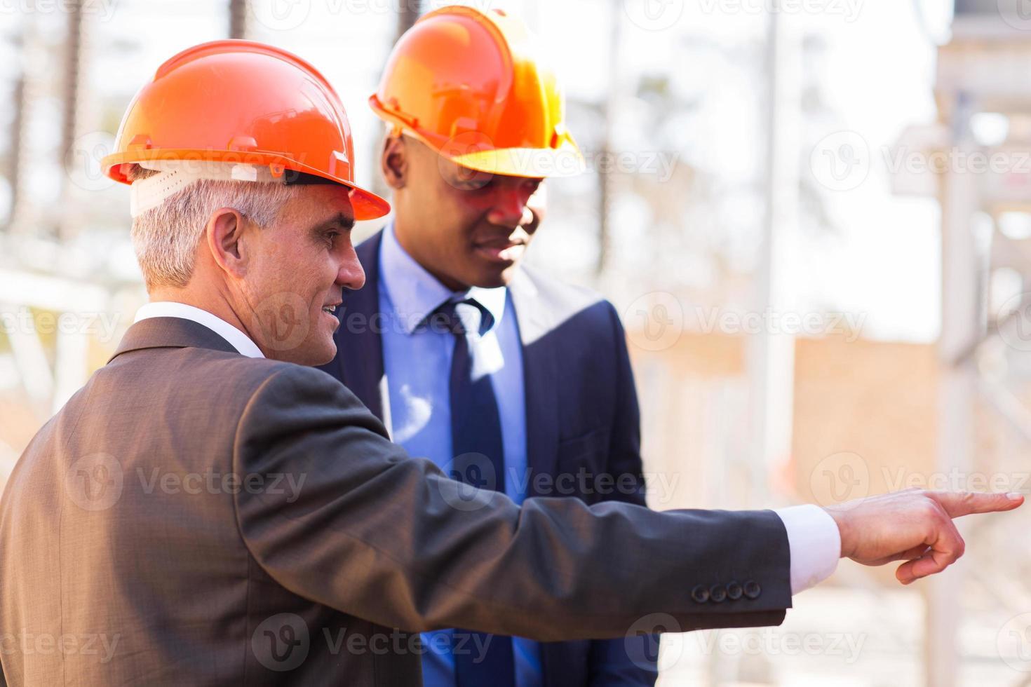 inspecteurs die werken in de elektriciteitscentrale foto