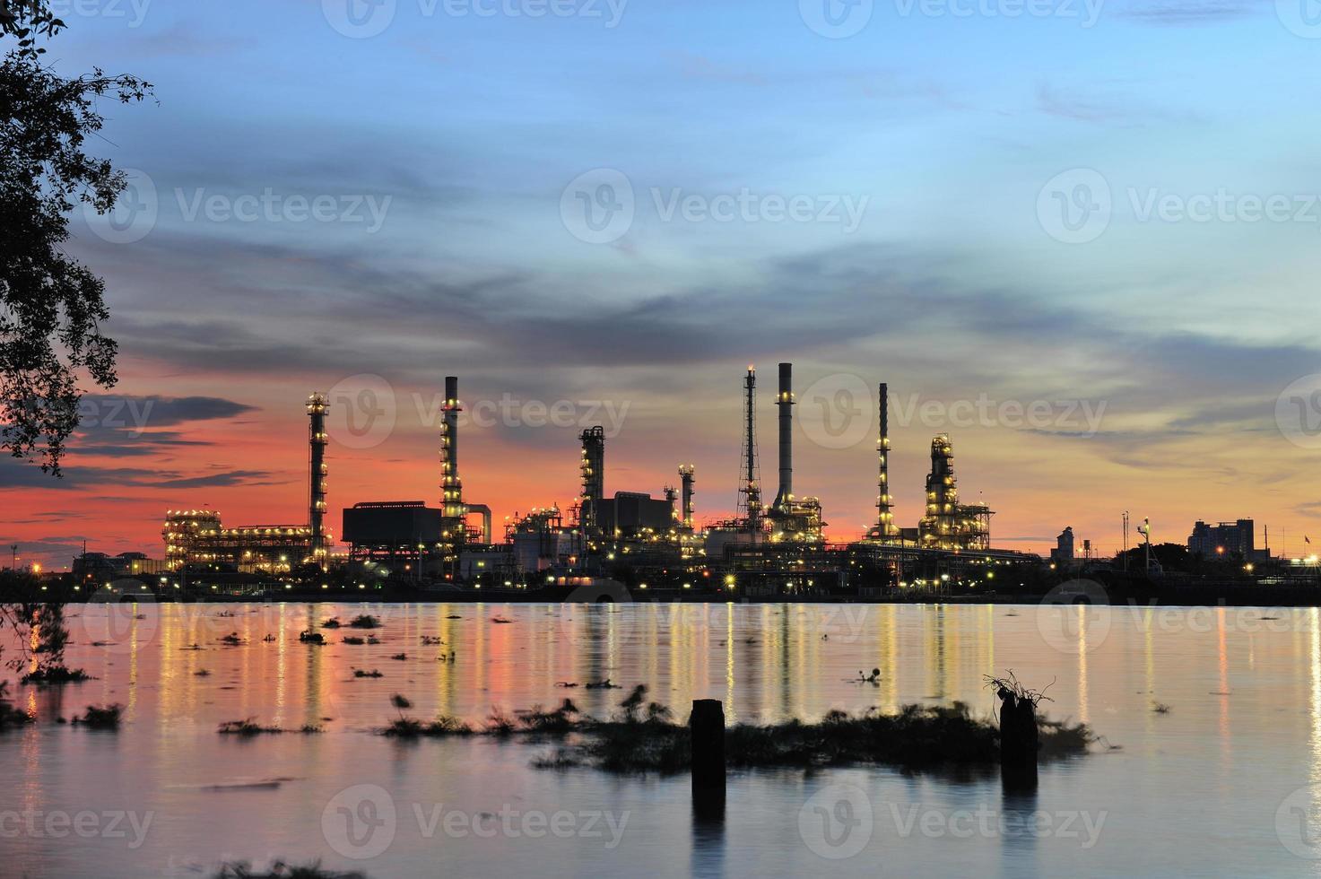 olieraffinaderij plant bij schemering foto