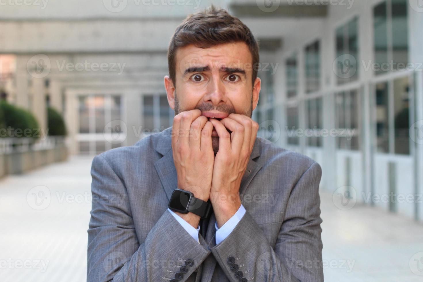 zakenman die hysterie dicht toont foto