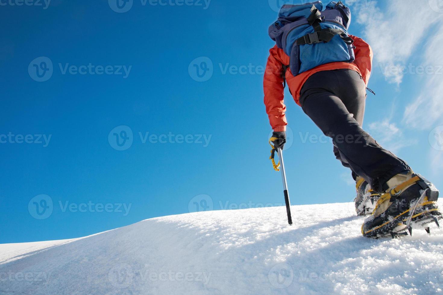 een bergbeklimmer die een ijzig pad trekt foto