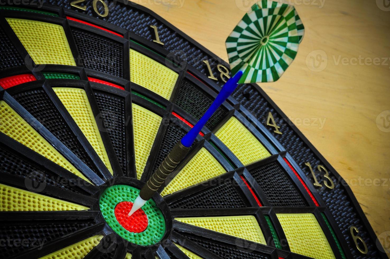 darten pijlen in het doelcentrum, darten spel foto