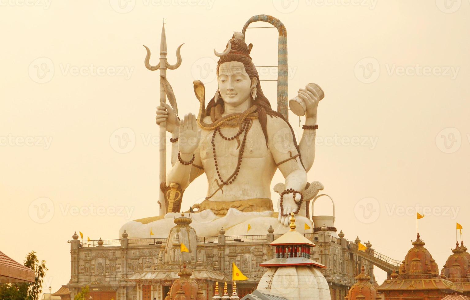 Shiva-standbeeld bij zonsondergang foto