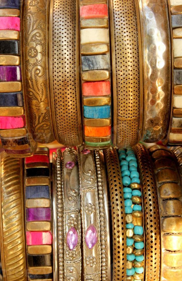 Indiase kleurrijke gouden armbanden foto