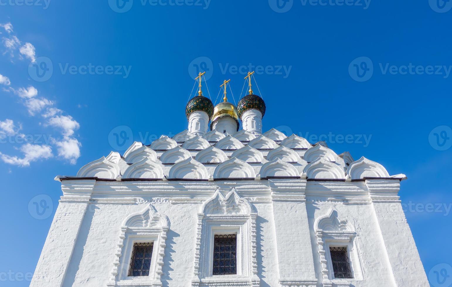koepels en kokoshniks van de kerk in kolomna op foto