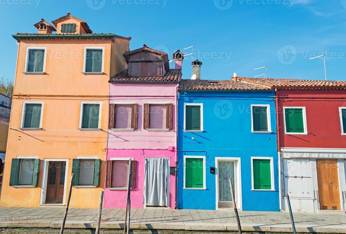 kleurrijke huizen in burano foto