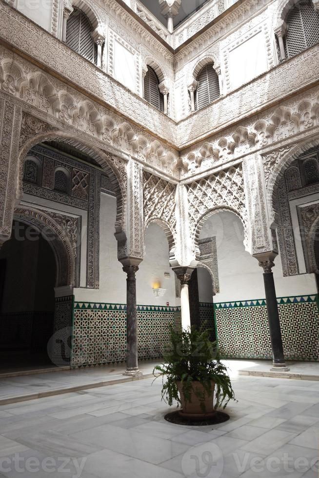 binnenplaats van de reales alcazares, sevilla foto