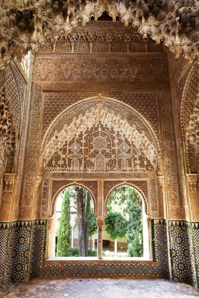 alhambra de granada. rechtbank van de vestibule foto