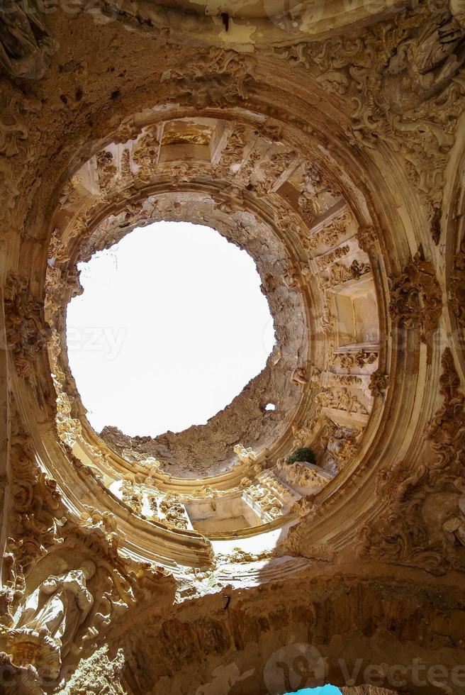 ruïnes van het convento de monjes servitas, teruel, aragon, spanje foto