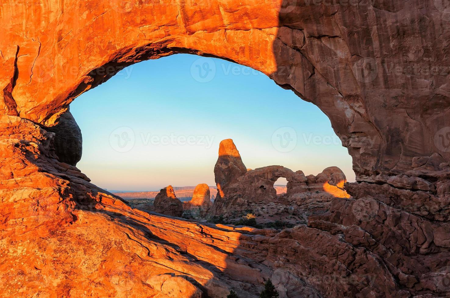 zonsopgang op bogen in arches nationaal park, utah. foto