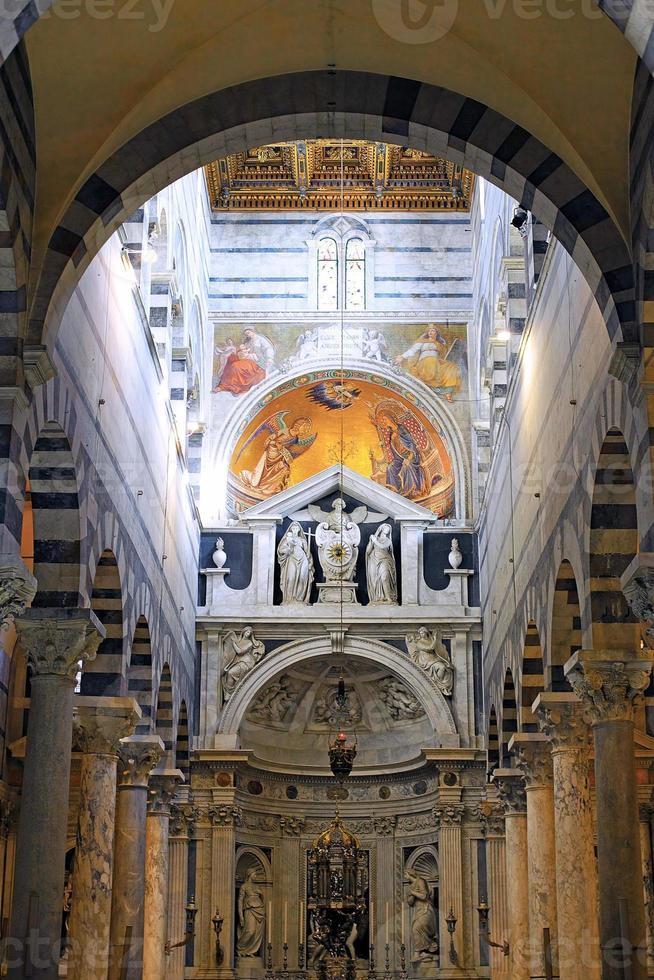 interieur van de kathedraal duomo in pisa, Italië foto