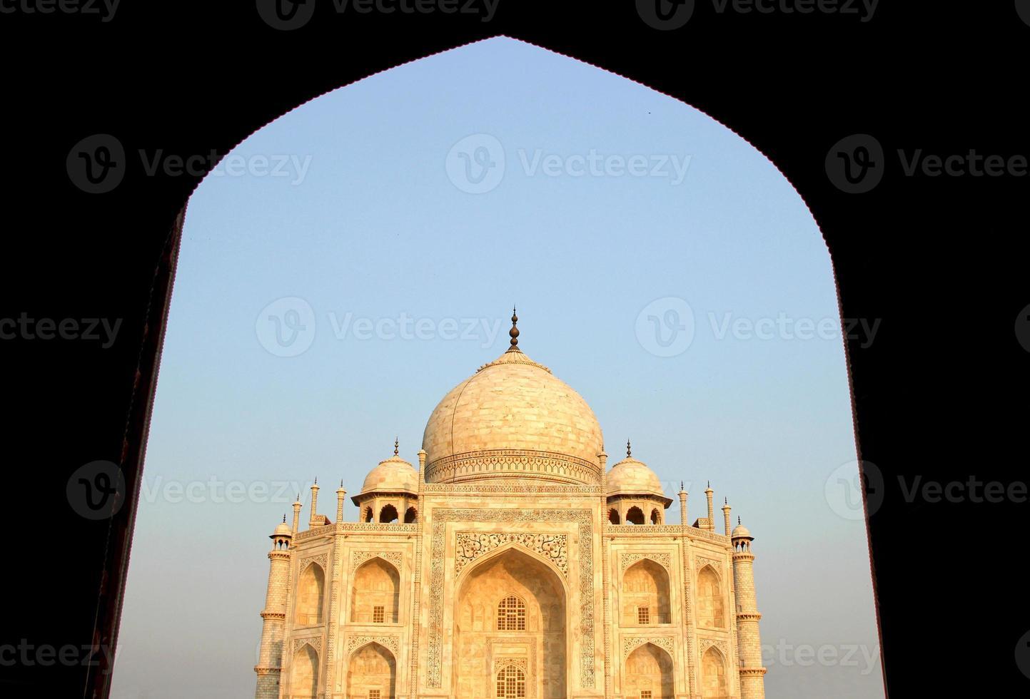 Taj Mahal, Agra, India uitzicht vanaf de moskee in de avond foto