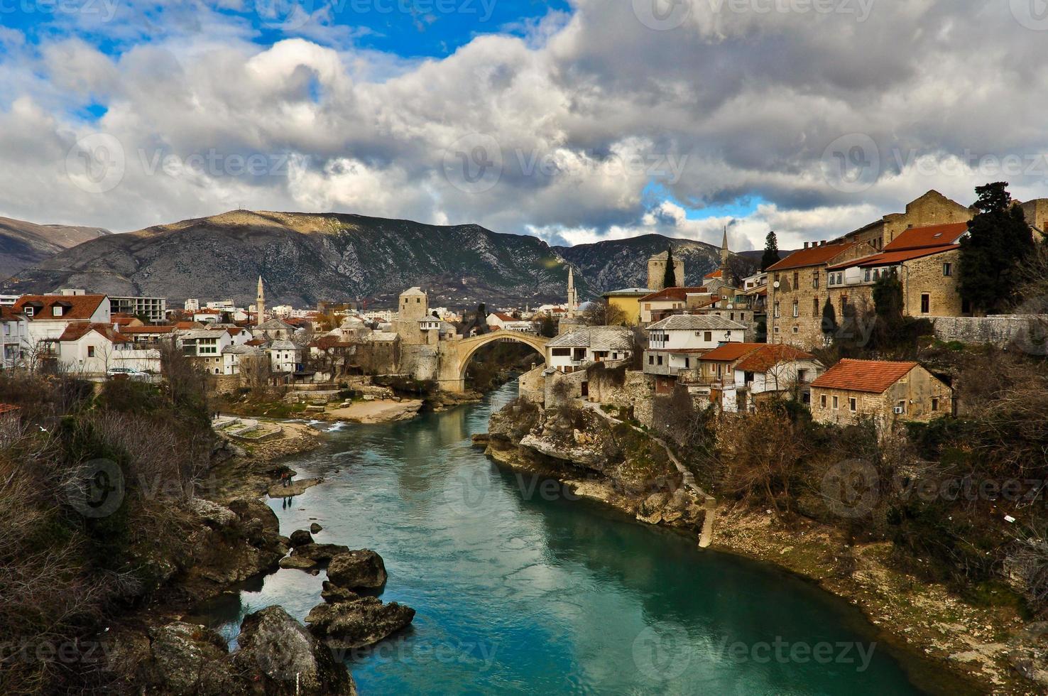 stadsgezicht en landschap van de oude stad van Mostar foto