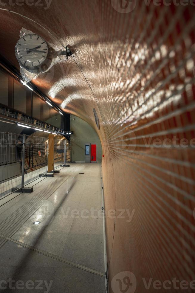 metrostation in een grote stad foto