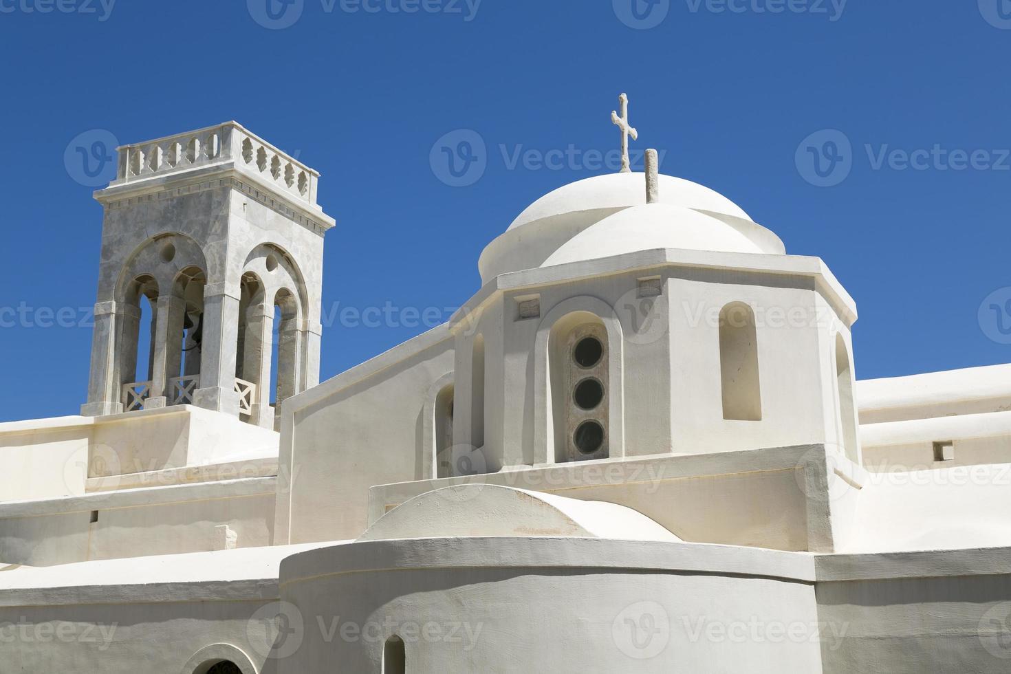 witte Griekse kapel, geïsoleerd op blauwe hemel foto