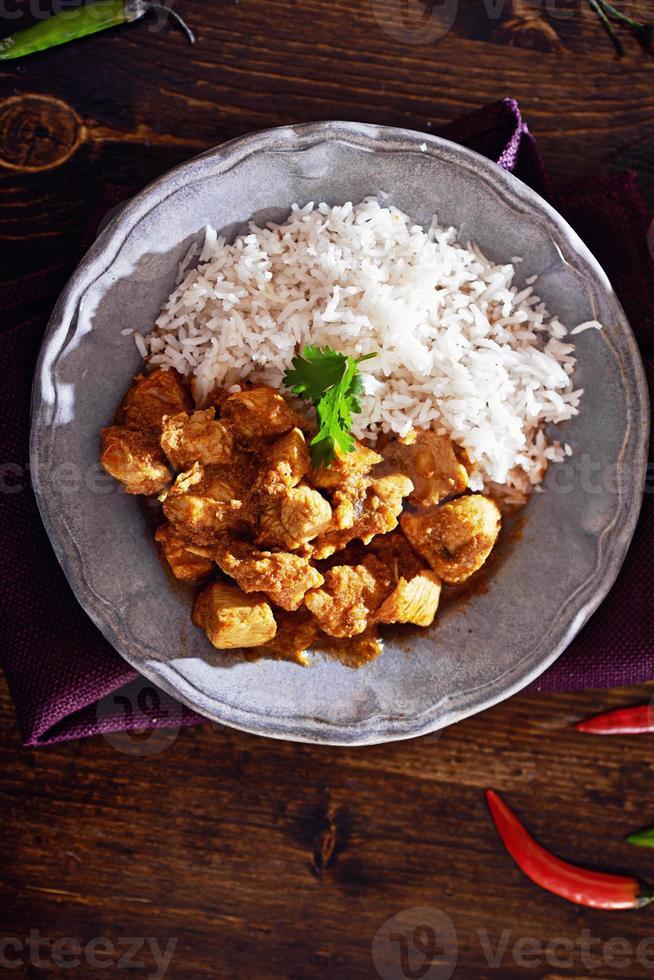 bovenaanzicht van Indiase kip curry foto
