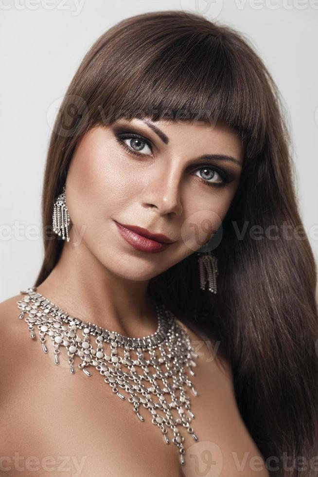 jonge mode vrouw met Indiase sieraden foto