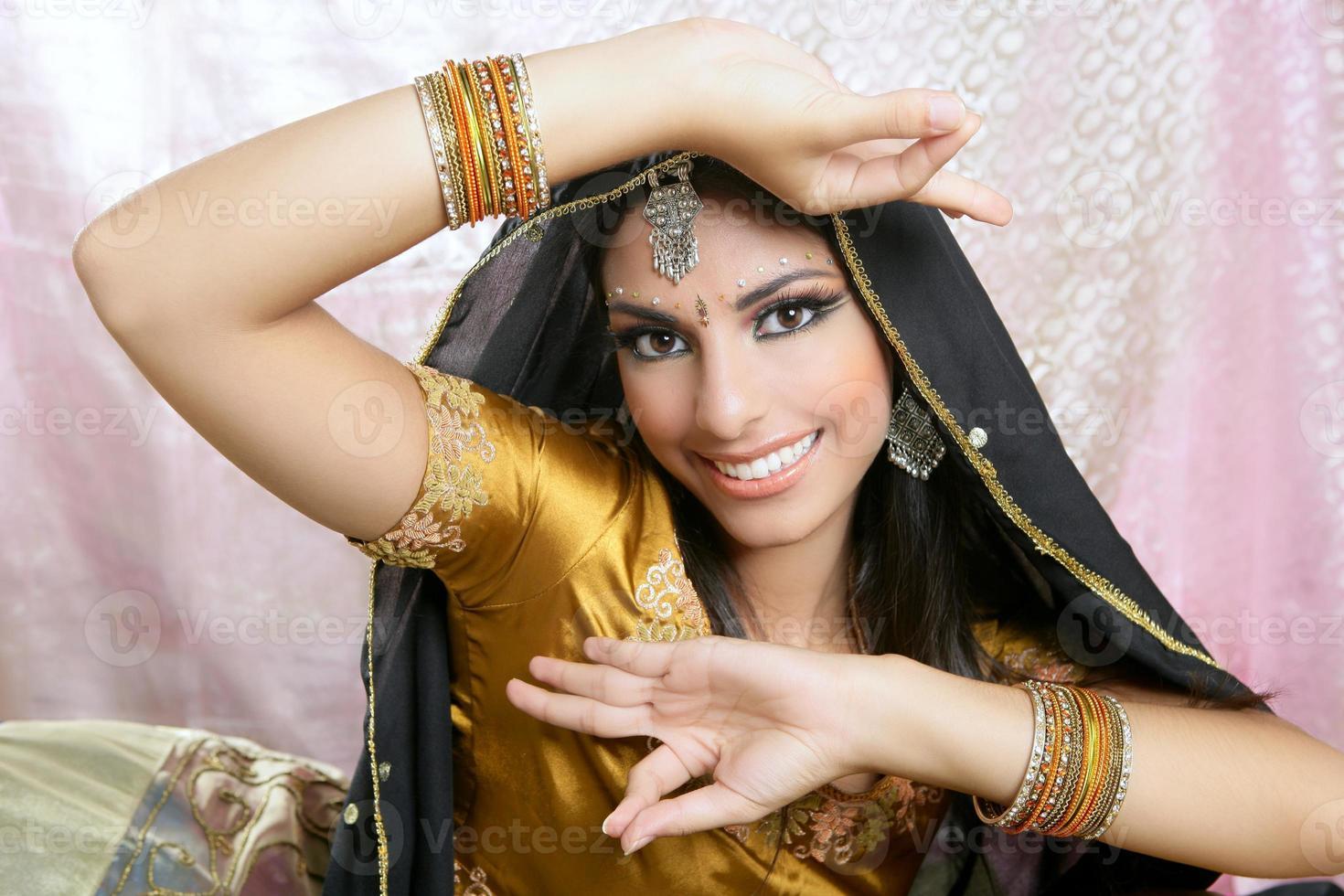 prachtige Indiase brunette traditionele mode-stijl foto