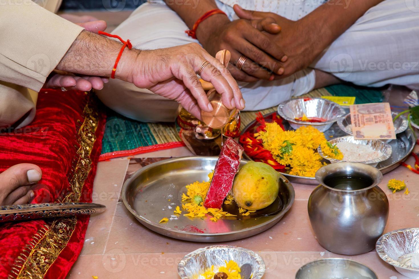 toewijding en uitnodiging voor Lord Ganesha op een Indiase bruiloft foto