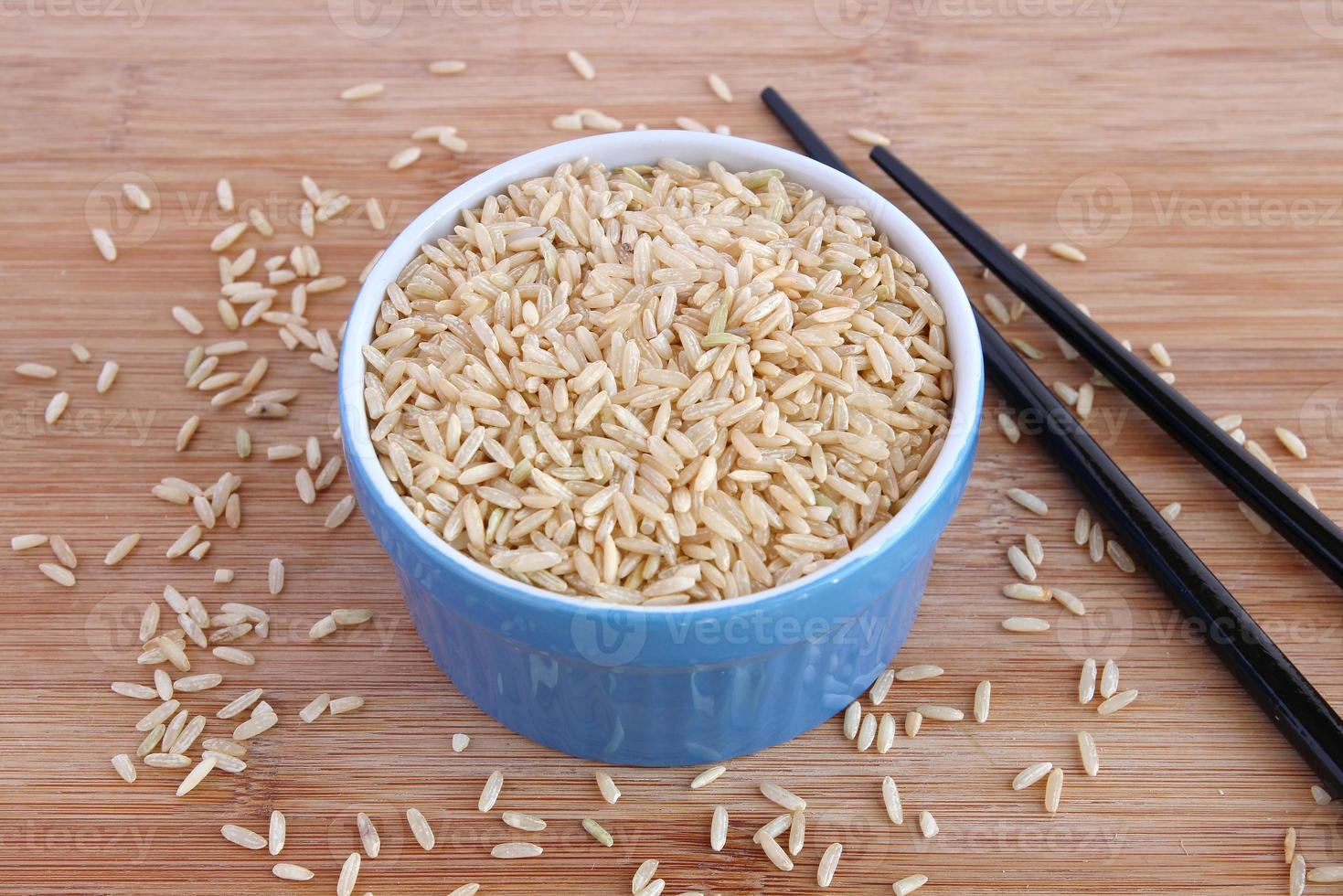 bruine rijst in blauwe kom foto