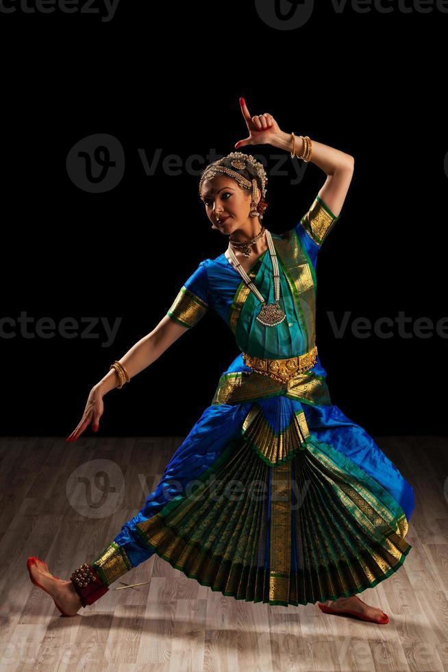 mooi meisje danser van Indiase klassieke dans bharatanatyam foto