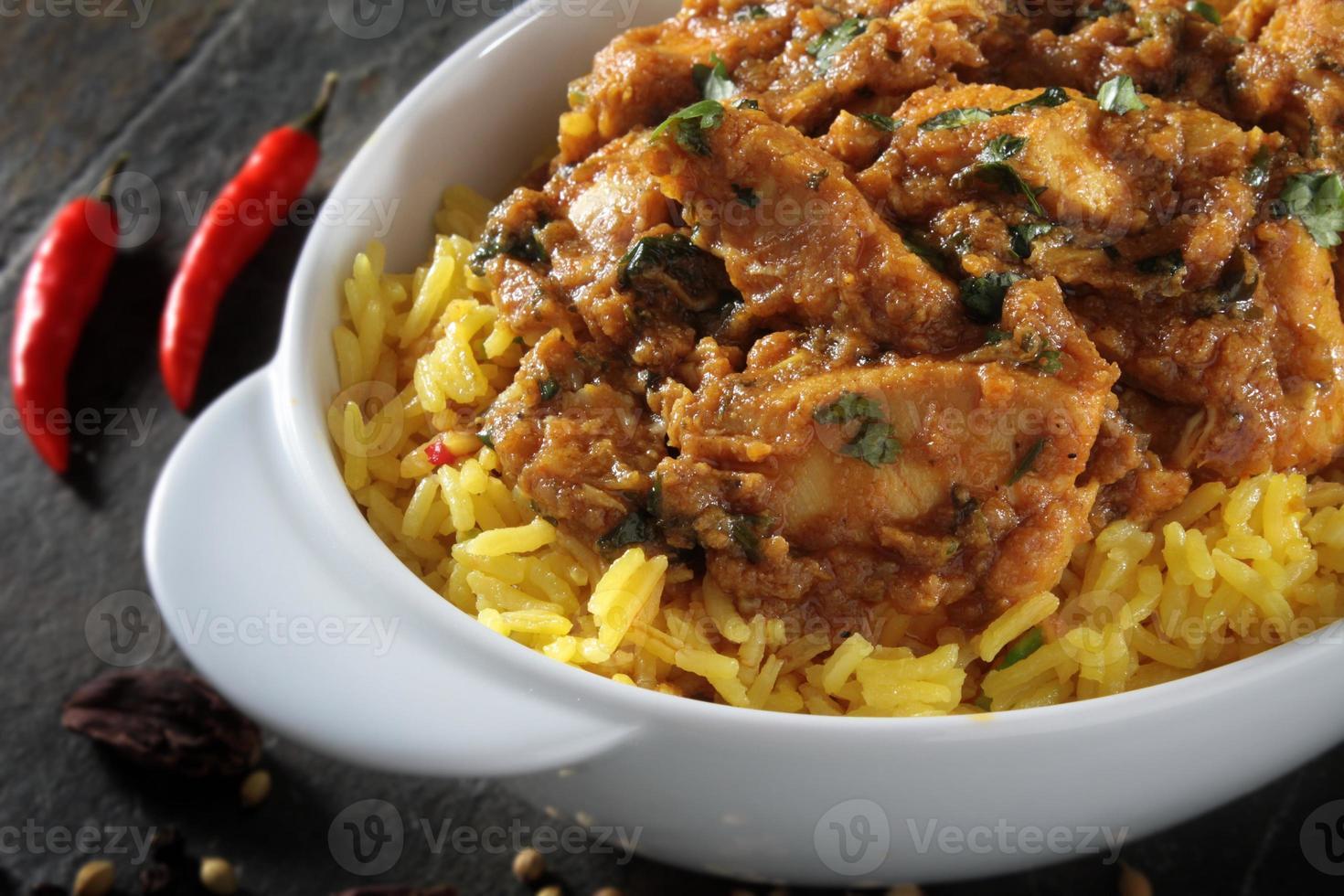 kip balti curry op witte achtergrond foto