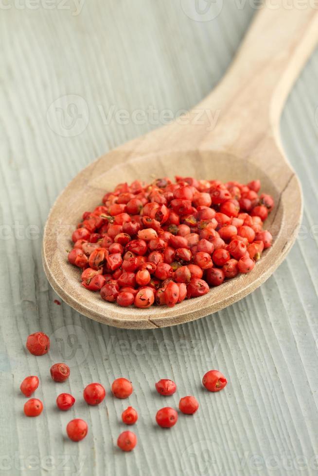 rode paprika in een houten lepel foto