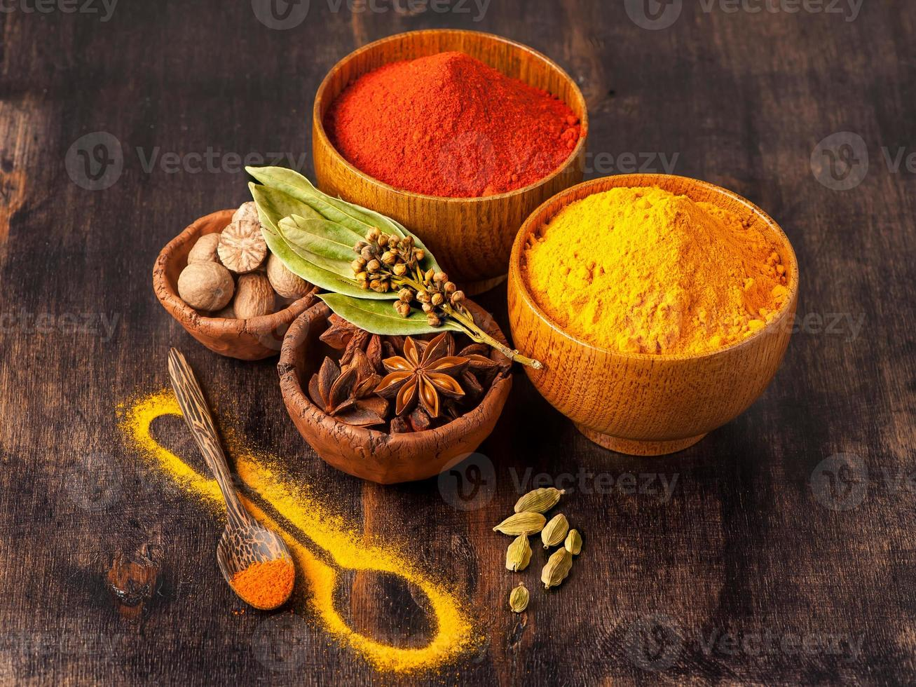 specerijen curry, paprika, nootmuskaat, steranijs, kardemom. foto