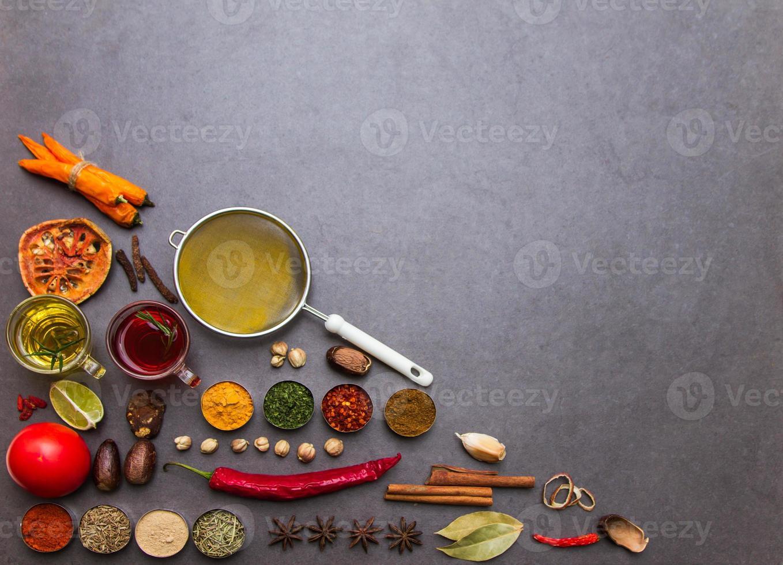 veel specerijen en kruiden selectie achtergrond. foto
