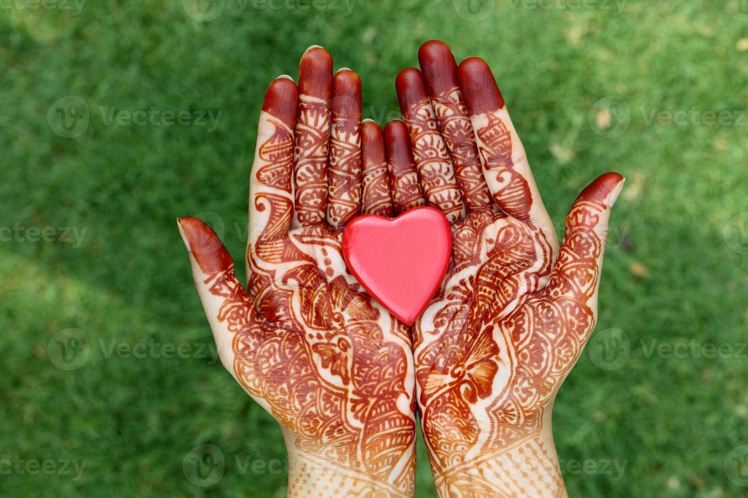 hart vorm in henna handen foto