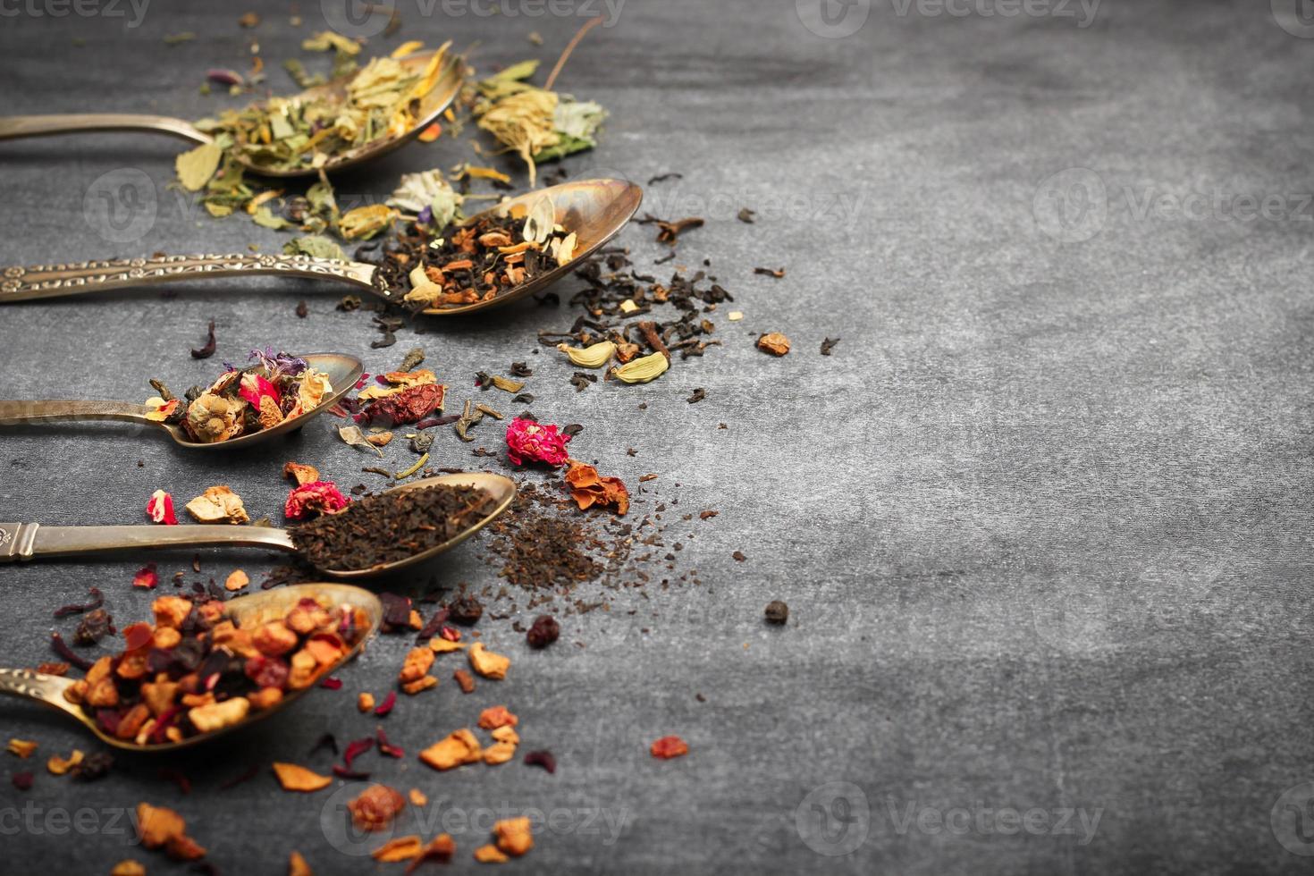 kruiden- en masala-thee op een zwart bord foto