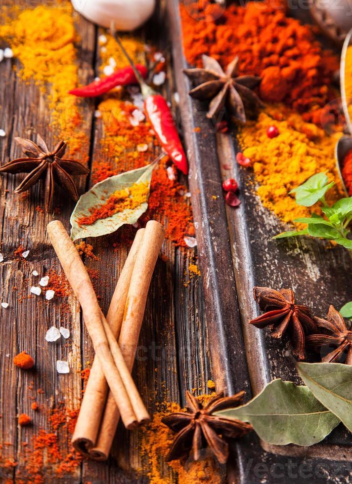 diverse kruiden op hout foto